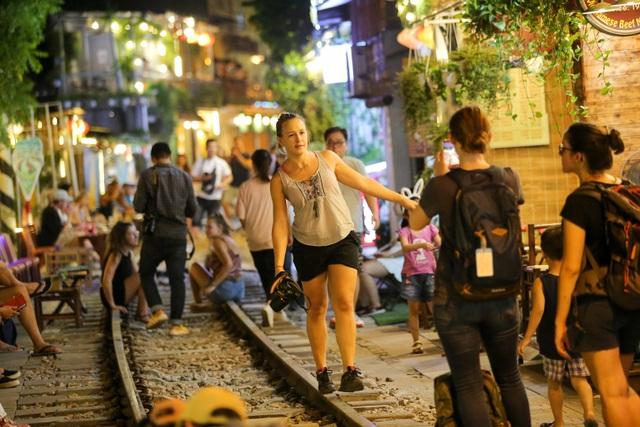 Du khách đổ xô đến phố cà phê đường tàu trước thông tin sẽ bị dẹp - 13