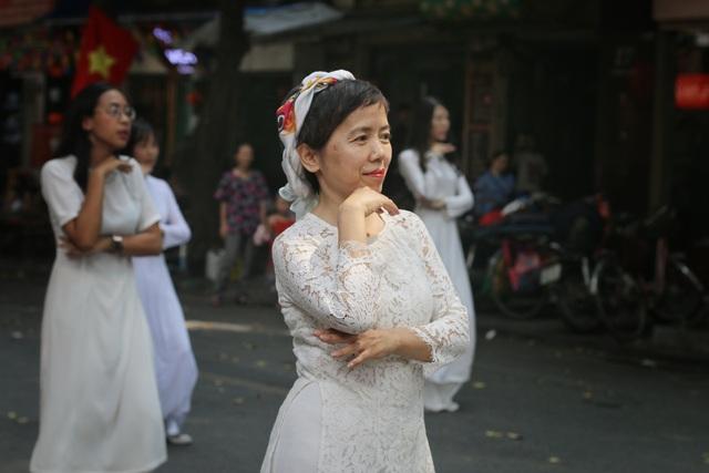 Phụ nữ Hà Thành mặc áo dài, nhảy dân vũ trên phố bích họa Phùng Hưng - 3