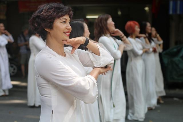 Phụ nữ Hà Thành mặc áo dài, nhảy dân vũ trên phố bích họa Phùng Hưng - 2