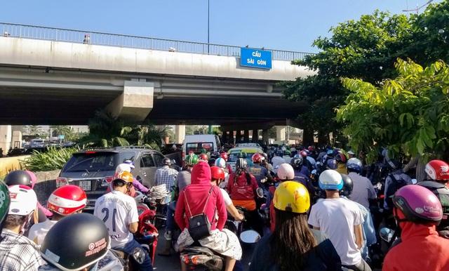 Giao thông gần cầu Sài Gòn hỗn loạn trong nhiều giờ đồng hồ - 10