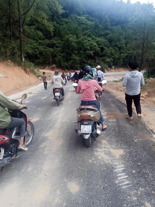 """""""Ông trùm"""" đe không cho xe ôm chở khách, đoàn người rời chùa Hương trong ấm ức - 2"""