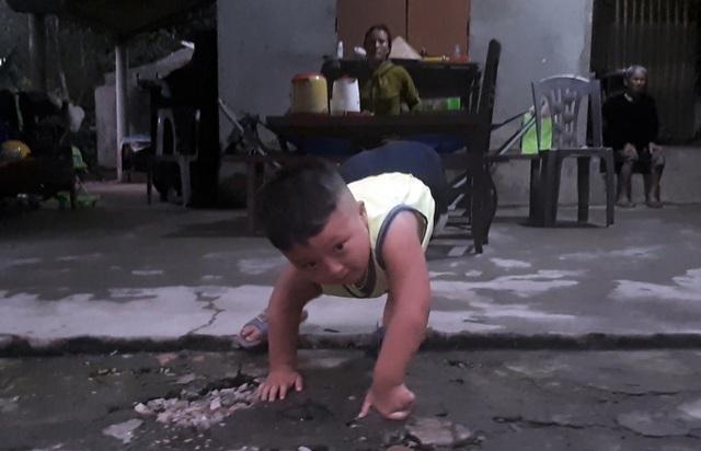 Cậu bé tật nguyền ước mơ trở thành lính cứu hoả được tặng 3 chiếc xe lăn - 1
