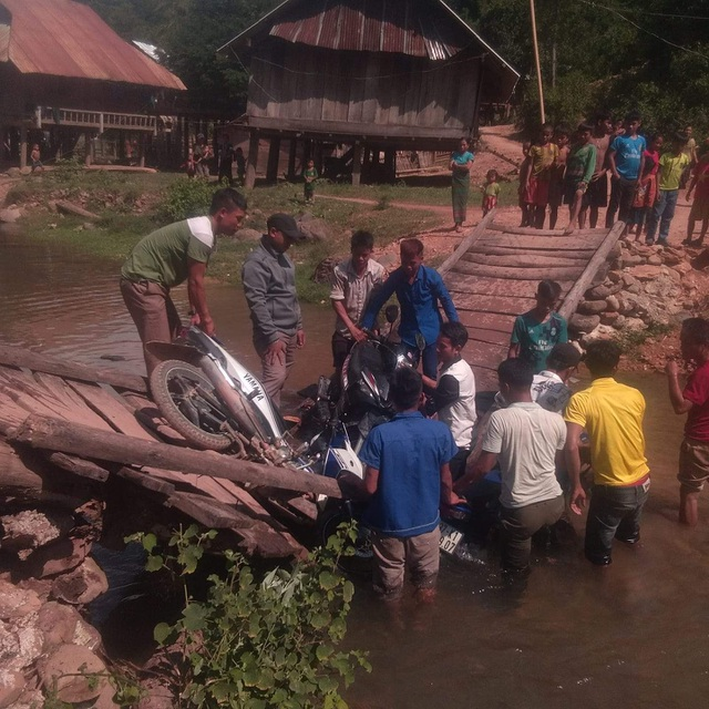 Cầu Na Kho bất ngờ đổ sập, dân bản lội bộ qua suối đưa con đến trường - 3