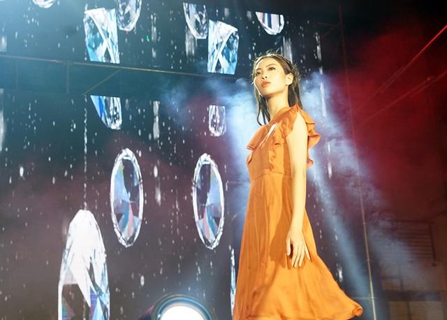 Hoa hậu Lương Thùy Linh cùng dàn sao tiếp lửa tân sinh viên ĐH Ngoại thương - 10