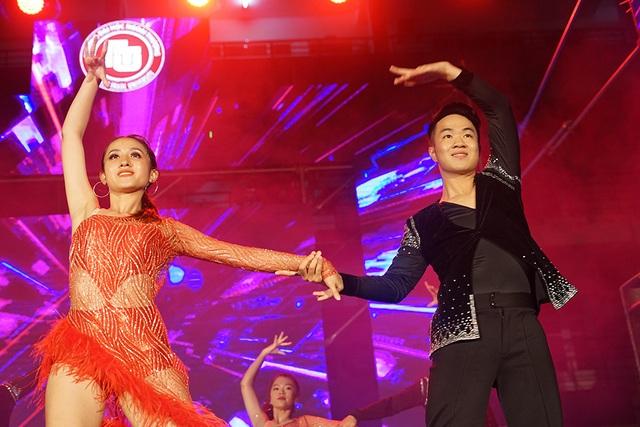 Hoa hậu Lương Thùy Linh cùng dàn sao tiếp lửa tân sinh viên ĐH Ngoại thương - 5