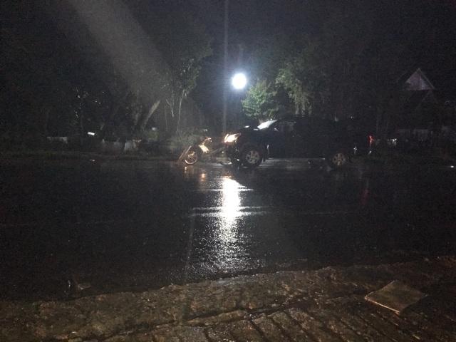 Lái xe bán tải nghi say xỉn tông chết hai công nhân đứng ven đường - 1