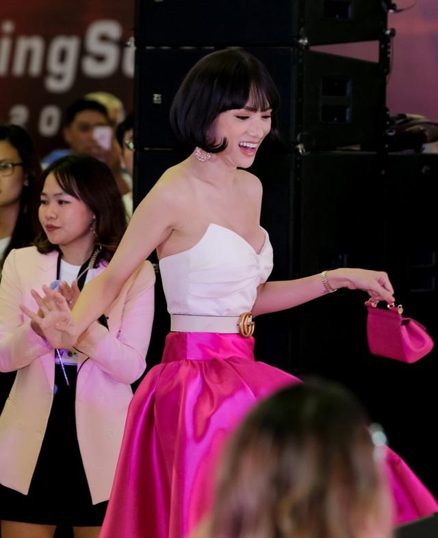 Đứng cạnh Kim Lý, Hồ Ngọc Hà tình cảm ôm eo hoa hậu Hương Giang - 10