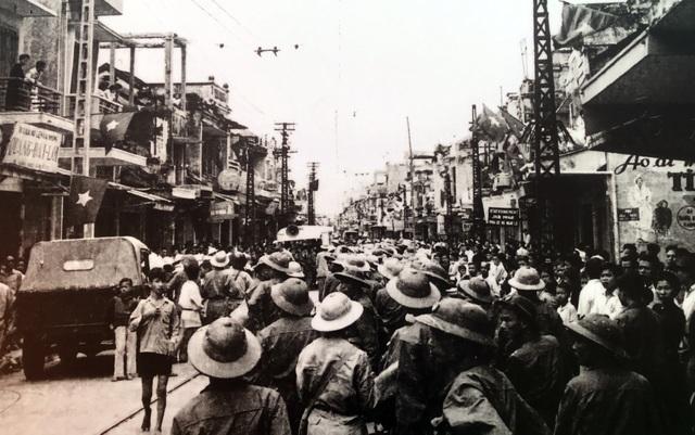 Hình ảnh đoàn quân chiến thắng trở về tiếp quản Thủ đô 65 năm trước - 9