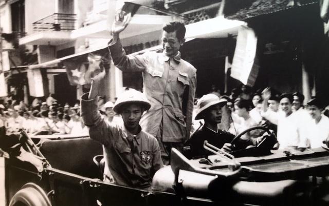 Hình ảnh đoàn quân chiến thắng trở về tiếp quản Thủ đô 65 năm trước - 1