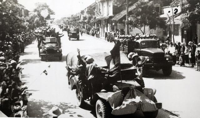 Hình ảnh đoàn quân chiến thắng trở về tiếp quản Thủ đô 65 năm trước - 6