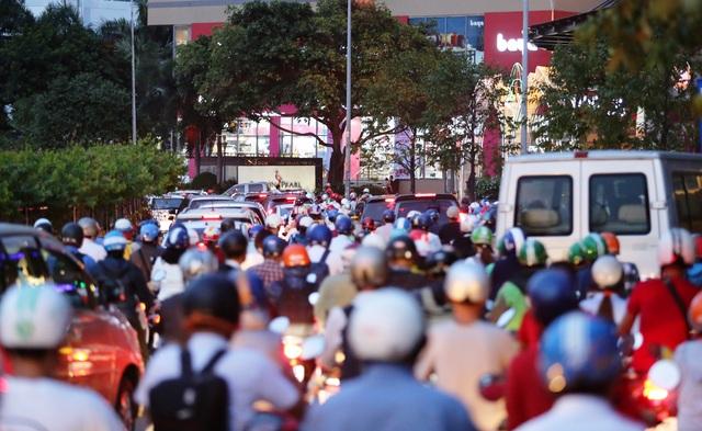Giao thông gần cầu Sài Gòn hỗn loạn trong nhiều giờ đồng hồ - 12