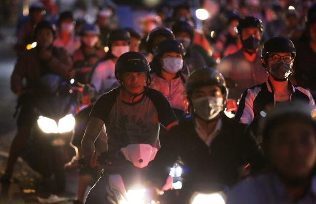 Giao thông gần cầu Sài Gòn hỗn loạn trong nhiều giờ đồng hồ - 8