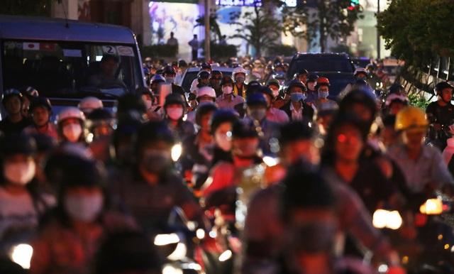 Giao thông gần cầu Sài Gòn hỗn loạn trong nhiều giờ đồng hồ - 1
