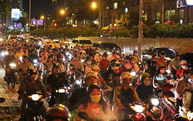 Giao thông gần cầu Sài Gòn hỗn loạn trong nhiều giờ đồng hồ - 3