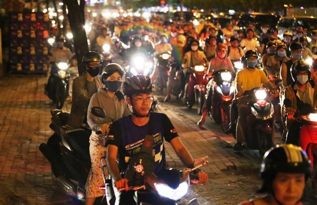 Giao thông gần cầu Sài Gòn hỗn loạn trong nhiều giờ đồng hồ - 9