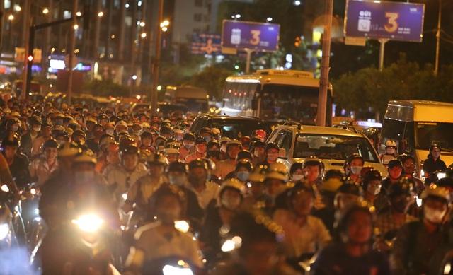 Giao thông gần cầu Sài Gòn hỗn loạn trong nhiều giờ đồng hồ - 13
