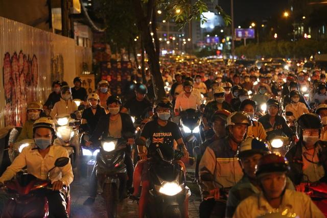 Giao thông gần cầu Sài Gòn hỗn loạn trong nhiều giờ đồng hồ - 5