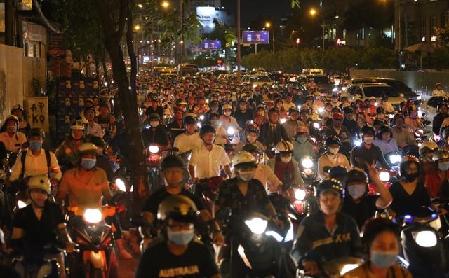 Giao thông gần cầu Sài Gòn hỗn loạn trong nhiều giờ đồng hồ - 7