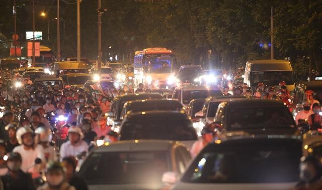 Giao thông gần cầu Sài Gòn hỗn loạn trong nhiều giờ đồng hồ - 11