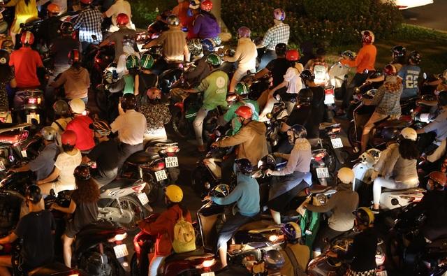 Giao thông gần cầu Sài Gòn hỗn loạn trong nhiều giờ đồng hồ - 4