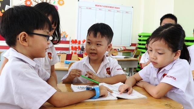 Cậu bé 6 tuổi nói tiếng Anh như gió với người nước ngoài - 2