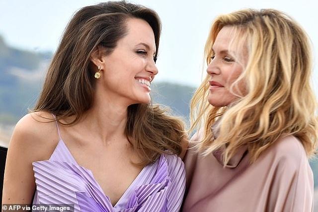 Angelina Jolie trẻ đẹp hút hồn với áo tím - 1