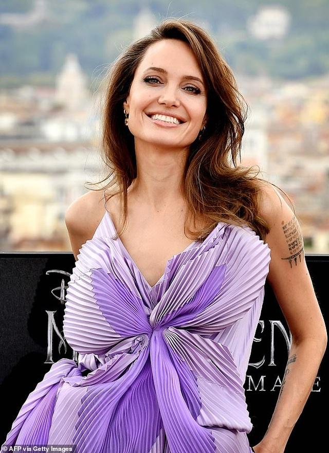 Angelina Jolie trẻ đẹp hút hồn với áo tím - 2