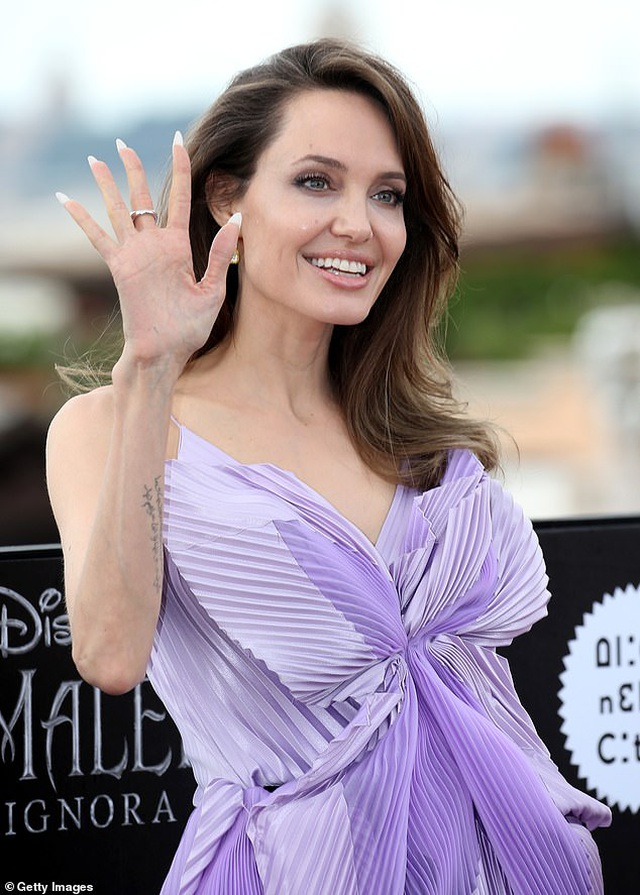 Angelina Jolie trẻ đẹp hút hồn với áo tím - 7