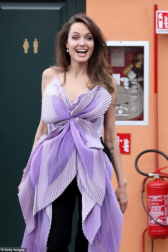 Angelina Jolie trẻ đẹp hút hồn với áo tím - 5