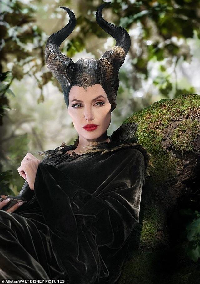 Angelina Jolie trẻ đẹp hút hồn với áo tím - 11