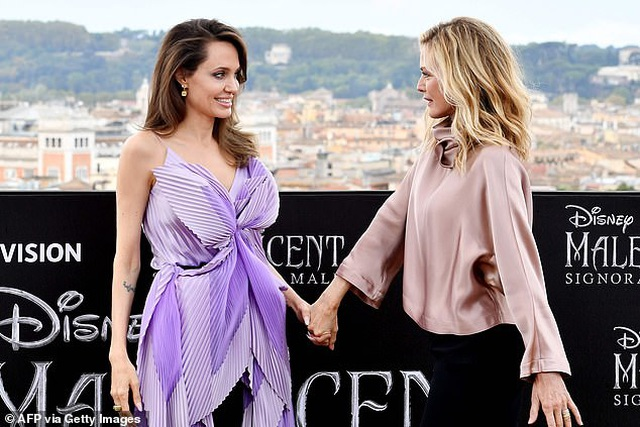 Angelina Jolie trẻ đẹp hút hồn với áo tím - 3