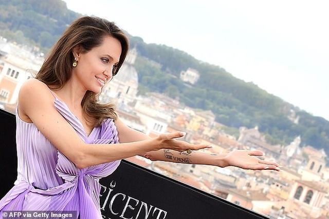 Angelina Jolie trẻ đẹp hút hồn với áo tím - 8