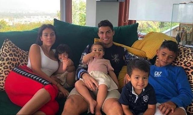 Ngắm hạnh phúc giản dị ngày thường của C.Ronaldo và bạn gái xinh đẹp - 4
