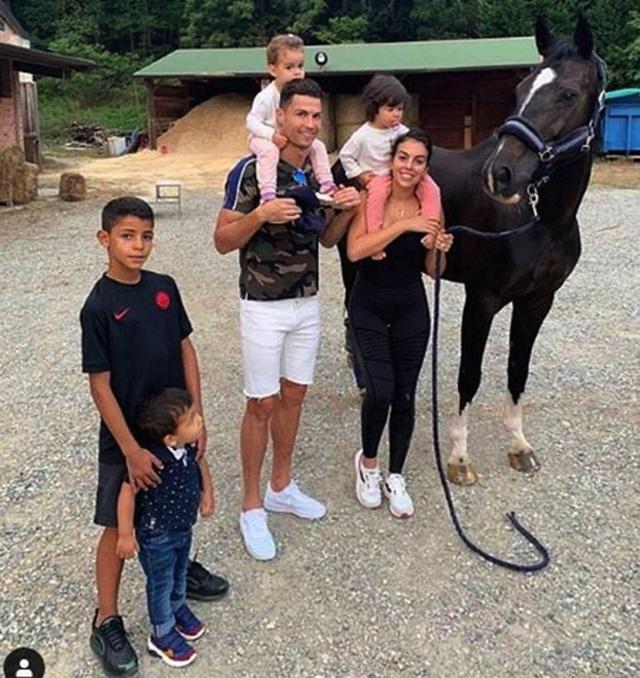 Ngắm hạnh phúc giản dị ngày thường của C.Ronaldo và bạn gái xinh đẹp - 5