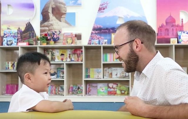 Cậu bé 6 tuổi nói tiếng Anh như gió với người nước ngoài - 1
