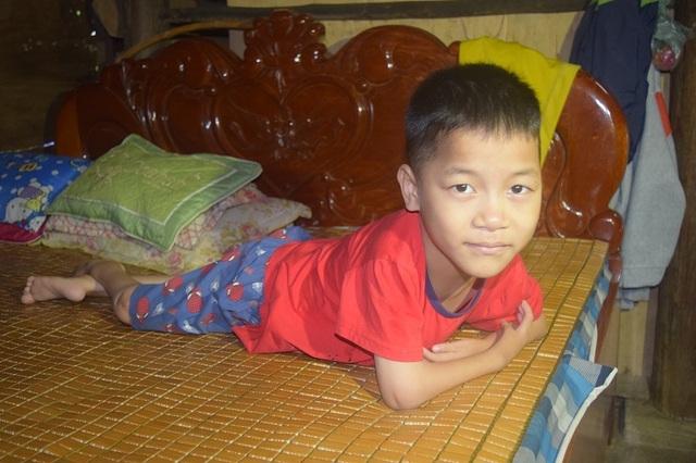 Giấc mơ được đến trường của cậu bé 7 tuổi liệt tứ chi, tập viết bằng miệng - 1