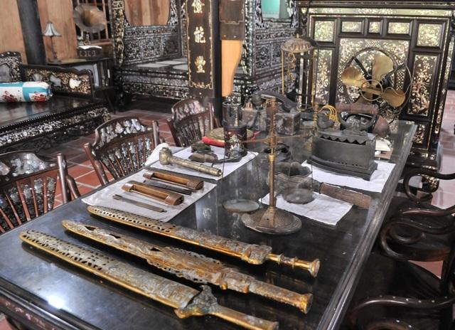 Chiêm ngưỡng căn nhà cổ có cả 100 món đồ gỗ cực quý hiếm - 17