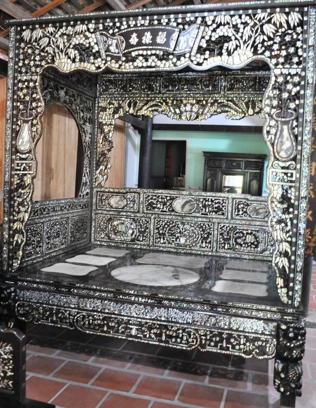 Chiêm ngưỡng căn nhà cổ có cả 100 món đồ gỗ cực quý hiếm - 12