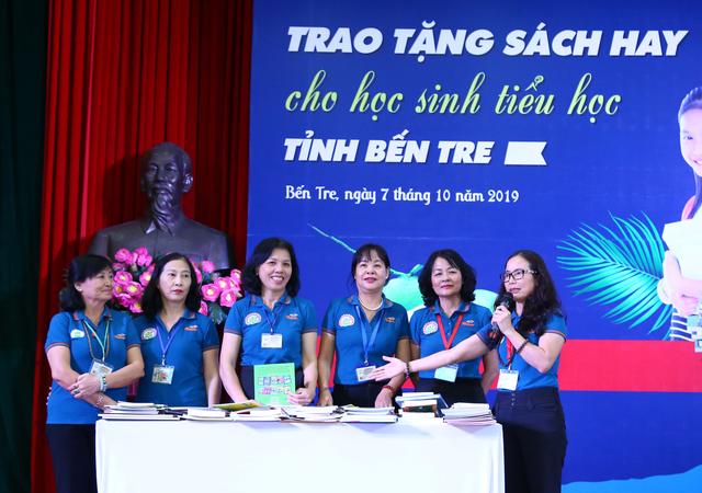 Trao tặng sách hay cho gần 100 trường tiểu học ở Bến Tre - 1