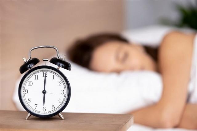 Ngủ dưới 6 tiếng mỗi ngày tăng gấp đôi nguy cơ tử vong vì ung thư - 1