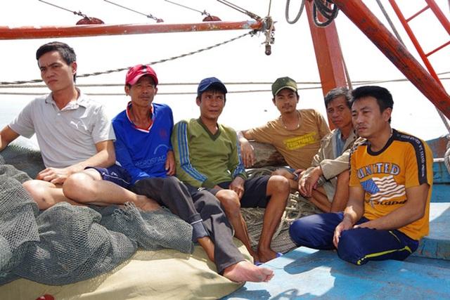 Quảng Bình: Ứng cứu 6 ngư dân bị chìm tàu trên biển - 1