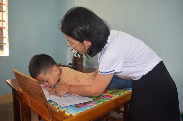 Giấc mơ được đến trường của cậu bé 7 tuổi liệt tứ chi, tập viết bằng miệng - 10