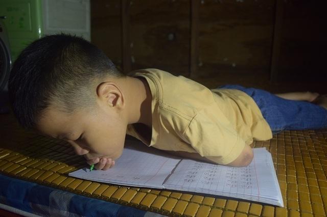 Giấc mơ được đến trường của cậu bé 7 tuổi liệt tứ chi, tập viết bằng miệng - 3