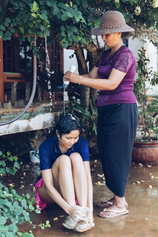 Xúc động với cuộc sống giản dị của Hoa hậu HHen Niê ở quê nhà - 2