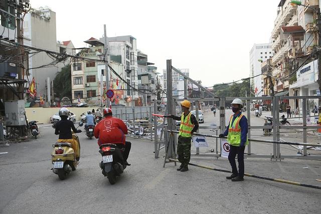 Tiếp tục rào chắn nửa đường Kim Mã, giao thông căng thẳng giờ tan tầm - 5
