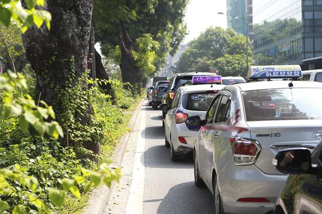 Tiếp tục rào chắn nửa đường Kim Mã, giao thông căng thẳng giờ tan tầm - 4