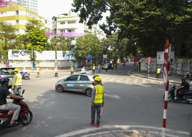 Tiếp tục rào chắn nửa đường Kim Mã, giao thông căng thẳng giờ tan tầm - 2