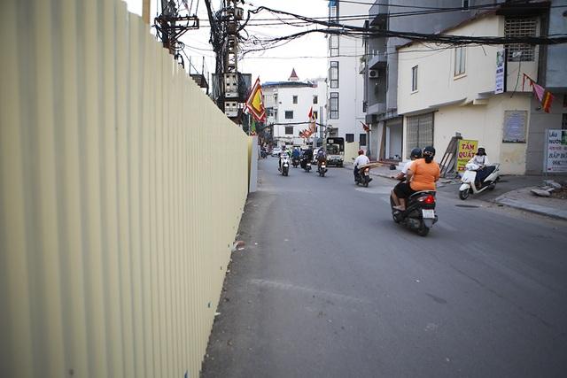 Tiếp tục rào chắn nửa đường Kim Mã, giao thông căng thẳng giờ tan tầm - 10