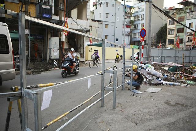Tiếp tục rào chắn nửa đường Kim Mã, giao thông căng thẳng giờ tan tầm - 8