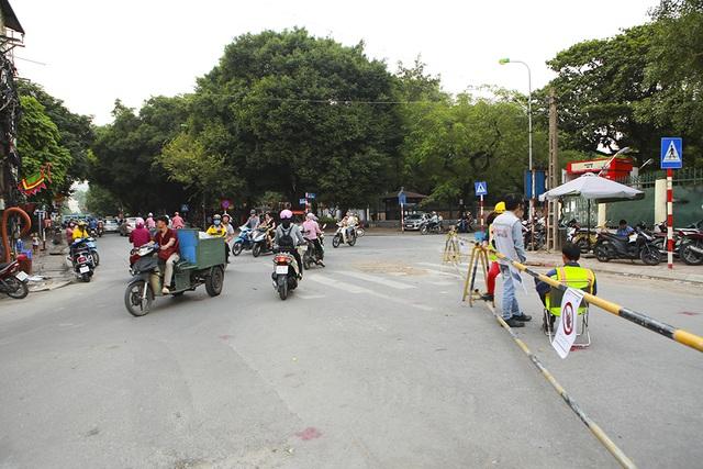 Tiếp tục rào chắn nửa đường Kim Mã, giao thông căng thẳng giờ tan tầm - 11